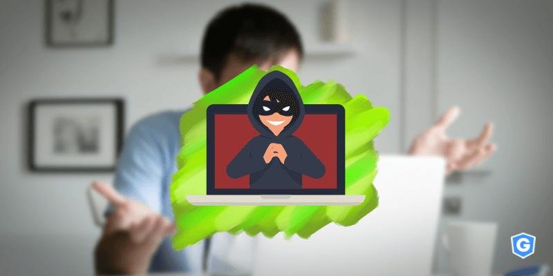 Espião em computador surpreendendo usuário com spyware